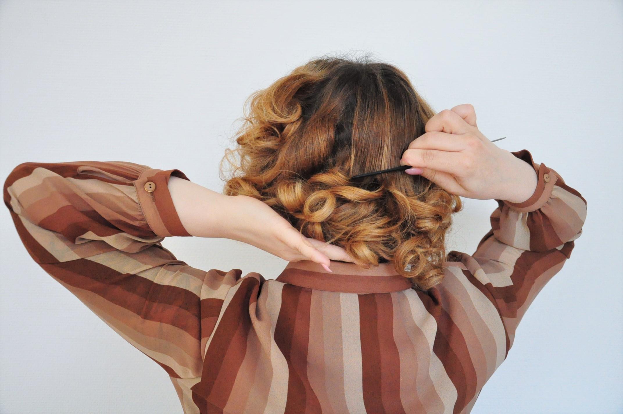 Curly 1940s hair - Einfache 40er Jahre Frisur Tutorial (12)