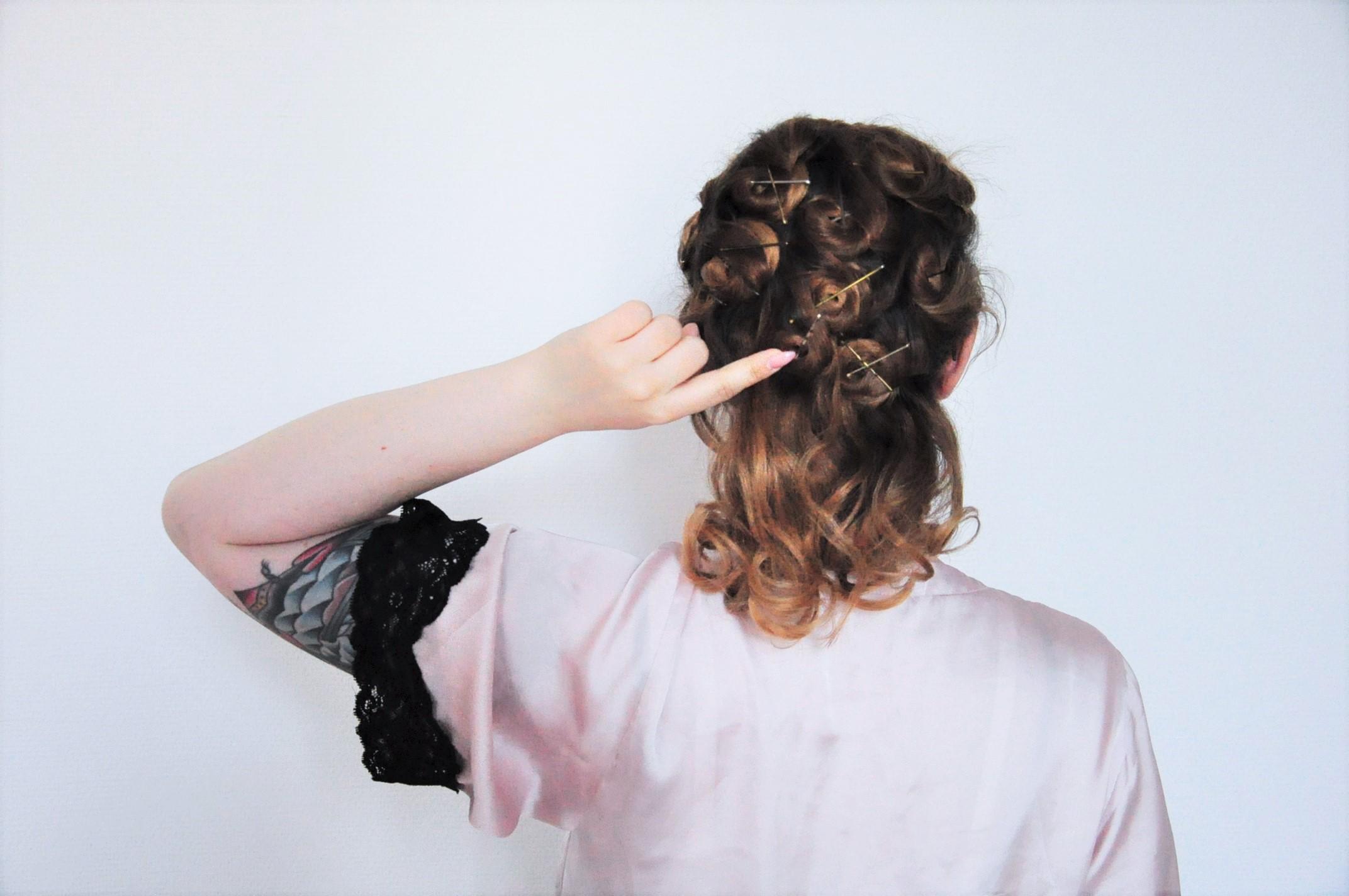 Curly 1940s hair - Einfache 40er Jahre Frisur Tutorial (35)